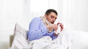 有流感的不适的人在家打喷嚏的和吹的鼻子 影视素材