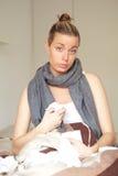 有流感的为感到难过的妇女她自己 库存图片