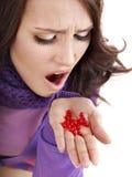 有流感的女孩药片采取 库存照片