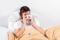 有流感的年轻人 库存照片