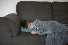 有流感的男孩 图库摄影