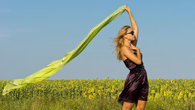 有流的围巾的美丽的妇女 免版税库存照片