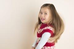 有流的头发的女孩,在被编织的礼服 免版税库存图片