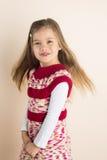 有流的头发的女孩,在被编织的礼服 免版税库存照片