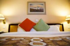 有浅景深的温暖地被点燃的旅馆客房 免版税库存照片