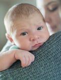有浅景深的逗人喜爱的新出生的婴孩 免版税库存照片