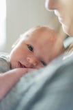 有浅景深的逗人喜爱的新出生的婴孩 库存照片