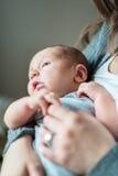 有浅景深的逗人喜爱的新出生的婴孩 免版税图库摄影