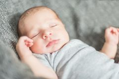 有浅景深的逗人喜爱的新出生的婴孩 库存图片
