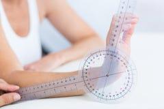 有测向计的医生测量的腕子 免版税库存照片