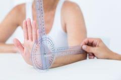 有测向计的医生测量的腕子 库存图片