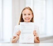 有测试的女孩和等级在学校 免版税库存照片