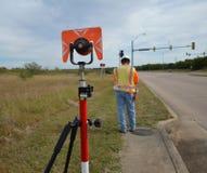 有测量员的勘测设备在背景中 免版税库存图片
