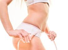 有测量它的腰部臀部的美好的身体的妇女 免版税图库摄影