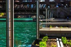 有测量杆,浮动生态系庭院床和钓鱼的码头芝加哥河沿riverwalk 图库摄影