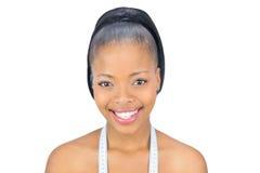 有测量的磁带的微笑的妇女在肩膀 免版税图库摄影