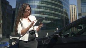 有浏览互联网的长的头发的年轻女实业家 股票录像