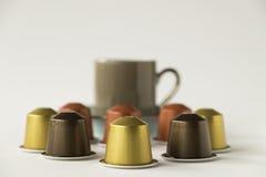 有浓咖啡杯子的咖啡荚在白色背景 免版税图库摄影