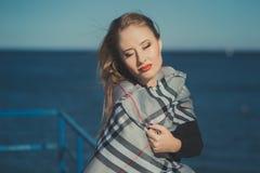 有浪漫噘嘴红色穿时髦的夹克礼服的嘴唇和带淡红色的面颊的诱人的性感的夫人与秋天的女孩和短裤解雇po 库存图片