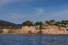 有浮雕的贝壳海岛的晴朗的夏天视图 在口岸Sostis,扎金索斯州Zante海岛,希腊,欧洲的美丽如画的早晨场面 免版税库存图片