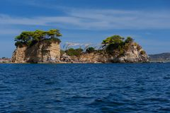 有浮雕的贝壳海岛的晴朗的夏天视图 在口岸Sostis,扎金索斯州Zante海岛,希腊,欧洲的美丽如画的早晨场面 图库摄影