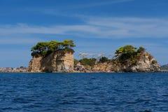 有浮雕的贝壳海岛的晴朗的夏天视图 在口岸Sostis,扎金索斯州Zante海岛,希腊,欧洲的美丽如画的早晨场面 免版税库存照片