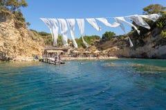 有浮雕的贝壳海岛,希腊2017年7月3日 在传统希腊俱乐部的Peple在扎金索斯州希腊的美丽的海滩附近 免版税库存图片