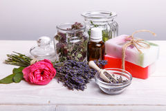 有浴和温泉辅助部件的手工制造肥皂 干淡紫色和怀乡桃红色玫瑰 免版税库存照片