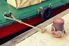 有海军绳索的停泊系船柱在具体码头 库存图片