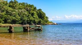 有海和森林的老码头 库存图片