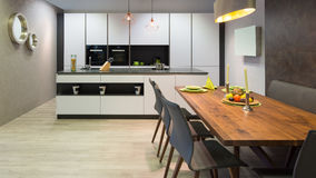 有海岛单位的平的白色厨房 免版税库存图片