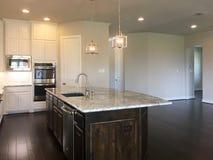 有海岛柜台和dinning的室的新的厨房 免版税图库摄影
