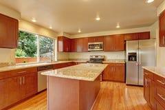 有海岛的厨房家具在空的房子里 库存图片
