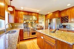 有海岛的发光的豪华厨房室 免版税库存照片