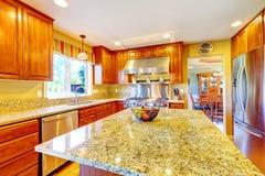 有海岛的发光的豪华厨房室 免版税图库摄影
