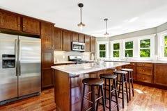 有海岛的宽敞厨房室 库存图片
