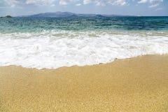 有海岛的海洋在背景和泡沫中 免版税库存图片