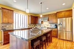 有海岛的豪华厨房室 免版税库存图片