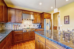 有海岛的豪华厨房室 免版税库存照片