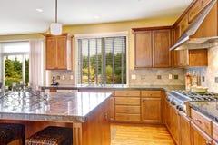 有海岛的豪华厨房室 库存图片