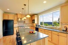 有海岛的豪华经典木厨房。 免版税图库摄影