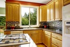 有海岛的,黑暗的花岗岩桌面小厨房 库存图片
