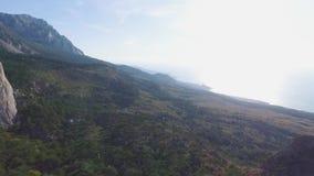 有海岸和绿色风景的山全景 射击 自然风景的看法与山,森林的和 股票视频
