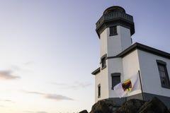有海怪鲸鱼警告旗子的石灰窑灯塔在圣胡安海岛 图库摄影