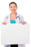 有海报的微笑的妇女医生 免版税库存照片