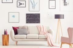 有海报的桃红色客厅 免版税库存图片