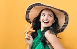 有海星的年轻女人 免版税库存照片