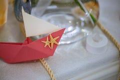 有海星的桃红色纸origami小船设计,婚姻桌装饰 库存图片