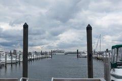 有海条纹轮渡的大西洋高地小游艇船坞 库存图片