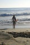 有海浪的人 免版税库存照片